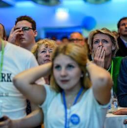 Unga moderater på partiets EU-valvaka i Stockholm efter prognoser om fallande resultat för partiet.
