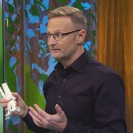 Sjukgymnasten Per Jonsson visar musklerna i foten.