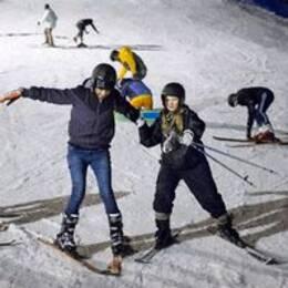 Ensamkommande flyktingbarn får lära sig åka skidor i Ekebyhovsbacken genom ideellt integrationsprojekt.