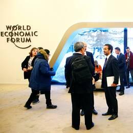 Några av deltagarna vid Världsekonomiskt forum i Davos, i år väntas omkring 1500 privatjet flyga in personer som ska till konferensen.
