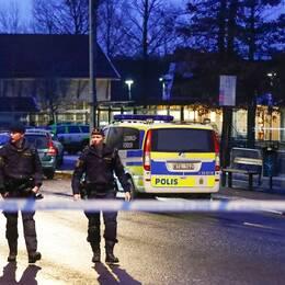 Polispatruller utanför förskolan i Hisings Kärra där en sex månader gammal flicka försvann på tisdagen.