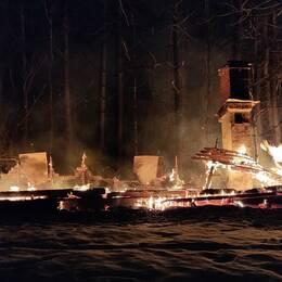 Resterna av det brinnande huset.