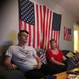 Martin Andersson och hans mamma Catarina Nilsson sitter i soffan i hans vardagsrum.