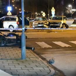 Det avspärrade området i Rosengård efter trafikolyckan, skottlossningen och bråket.