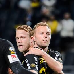 Henok Goitom, Daniel Sundgren och Sebastian Larsson firar efter AIK:s 1-0-mål.