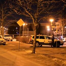 Polisens avspärrningar efter skottlossningen som slutade i att en man i 60-årsåldern dog.