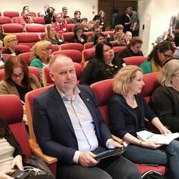Vänsterledaren Jonas Sjöstedt på främre raden bland partimedlemmarna vid Vänsterpartiets EU-valkonferens i Norrköping