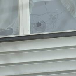 Skotthål i fönstret på en lägenhet i Landskrona.