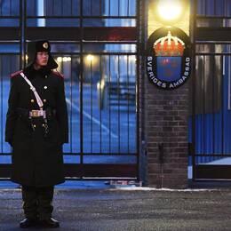 En vakt står utanför svenska ambassaden i Peking.