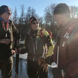 Lennart Eliasson, Hasse Nyström och Lars Lundin. Till höger en bild på räddningshelikoptern som kallades in till räddningsinsatsen.