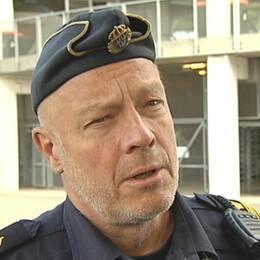 En bild på Anders Hallesjö och på bengaler på en läktare.