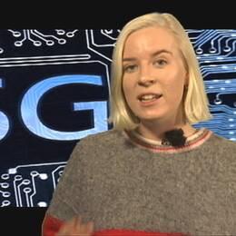 På bilden syns reportern Sofia Ekhem stå och berätta och i bakgrunden syns ett kretskort med en stor logotyp för 5G.