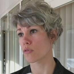 bild på en sophög med en ring-markering, samt närbild på åklagaren – en kvinna som intervjuas