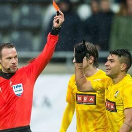 Häckens Paulinho varnas för filmning och får rött kort i cupkvartfinalen mot Gais.