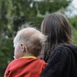 Kvinna som bär ett barn.