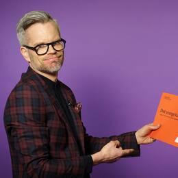 Alexander Norén med orangea kuvertet.