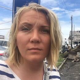 SVT:s utsända Liselott Lindström på plats i Beira i Moçambique. I samma stad bär invånare sina tillhörigheter efter att cyklonen Idai slagit hårt mot staden.