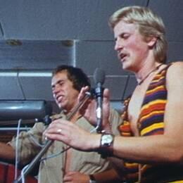 Två manliga rockartister på scen under en spelning