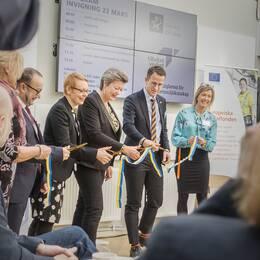 De nya lokalerna invigs av arbetsmarknadsminister Ylva Johansson (S) som klipper ett band.
