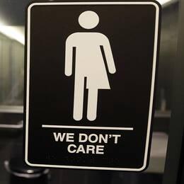 Till vänster Socialstyrelsens fasad. Till höger en bild som användes i USA i samband med debatten om vilka badrum transpersoner har rätt att använda.
