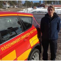 Ulrica Larsson, deltidsbrandman i Rättvik bredvid räddningstjänstens bil.