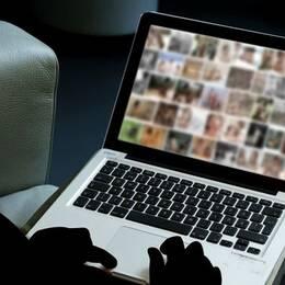 Anonym man kollar på barnporr via datorn.