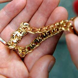 Ett guldarmband. Foto: Scanpix