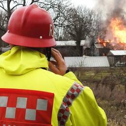 Räddningstjänsten, polis och ambulans larmades vid klockan 08.30 till en brand i en villa utanför Horn i Kinda kommun.