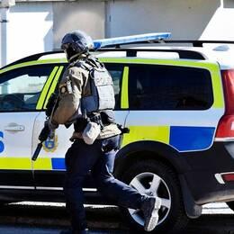 Beväpnad polis på plats sedan en ung man med vapen observerats på Hörnösands gymnasium den 10 april.