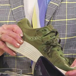 Karin Granberg, läkare i Fråga doktorn, testar skor.