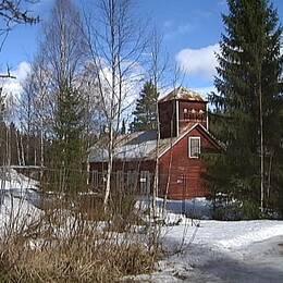 arkivbild på Långforsens kraftverk i Långan. Skylt med tillsträde förbjudet i förgrunden och en en gammal faluröd träbyggnad i bakgrunden
