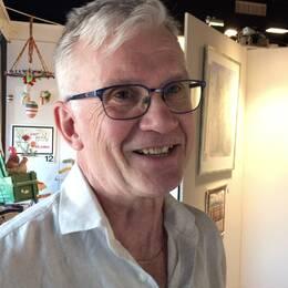 """Det var Mats Carlssons fru som frågade om han inte skulle börja måla. Efter att ha målat """"i smyg"""" i fem år ställer han nu ut för första gången. Han är en av debutanterna i konst- och kulturrundan i Kolbäcksådalen."""
