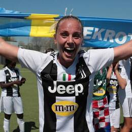 Petronella Ekroth firar ligaguldet med Juventus.