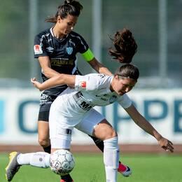 Eskilstunas Loretta Kullashi (i vitt) mot Göteborgs Beata Kollmats i duell.