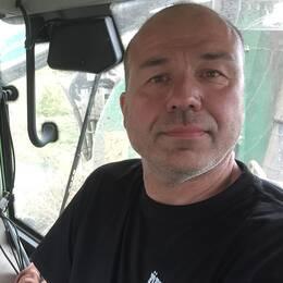 Roger Paulsson är en av de frivilliga som hjälper till i släckningsarbetet.