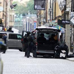 Stora delar av Gamla stan och andra områden i centrala Stockholm spärrades av i samband med bombhotet.