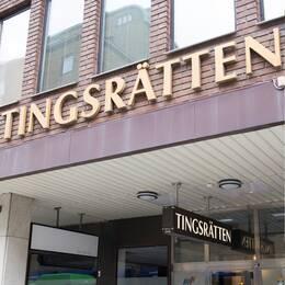 En bild på en Facebook-sida och Eskilstuna tingsrätts entré.