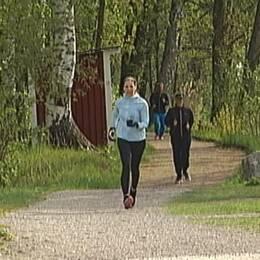 SVT Nyheter Örebros reporter Malin Gotlin joggar mot målgången på Parkrun i Örebro.