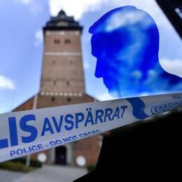 Ett bildmontage med en profil av en mansperson framför en avspärrad domkyrka. I bilden syns också de tre stulna regalierna i det skick de var när de återfanns.