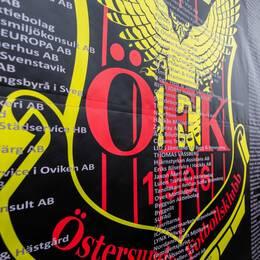 Daniel Kindberg och en bild på ÖFK:s klubbemblem