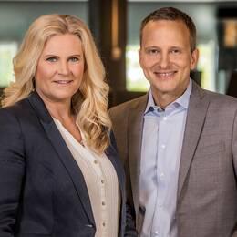 Programledarna Camilla Kvartoft och Anders Holmberg.