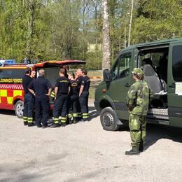 Fordon och personal från räddningstjänsten och hemvärnet.