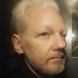 Till vänster: Julian Assange fotograferad genom rutan på en bil utanför domstolen i London. Till höger: Eva-Eva-Marie Persson, vice överåklagare, blir intervjuad vid en tidigare presksonferens.