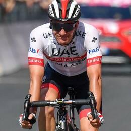 Slovenen Jan Polanc drar på sig den rosa ledartröjan nästa etapp.