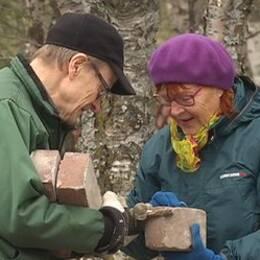 Nostalgiska kirunabor plockade tegelstenar från stadshusrivningen.