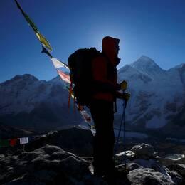 En klättrare framför Mount Everest.
