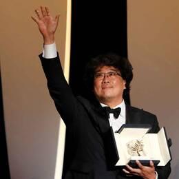Den sydkoreanske filmregissören Bong Joon-Ho vinner Guldpalmen för Parasite.