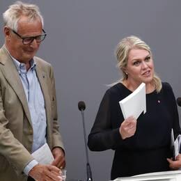 Utredare Sten Heckscher och socialminister Lena Hallengren.