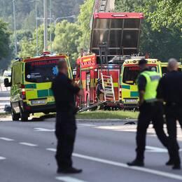 Två ambulanser och en brandbil vid platsen för explosionen i Linköping. En porträttbild av Maria Karlsson.