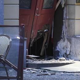 Skador efter en explosion utanför en nattklubb på Adelgatan i centrala Malmö den 11 juni 2019.